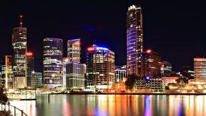cidade com diversos prédios a noite