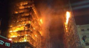Edifício em chamas em São Paulo.
