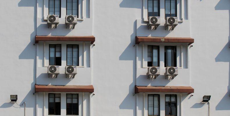 sistema de refrigeração ar-condicionado em janelas de uma edificação