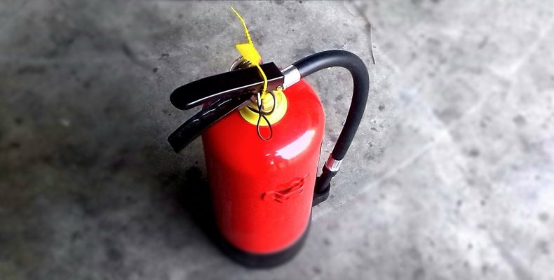 Saber os tipos de extintores pode ajudar apagar o foco do incêndio