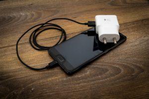 Celular carregando pode receber descarga elétrica.