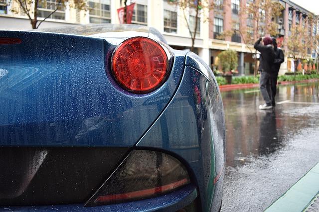 Carro durante uma chuva