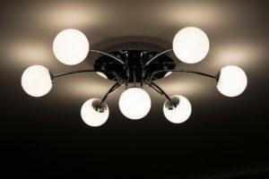 Exemplo peculiar de luminária com suporte a mais lâmpadas