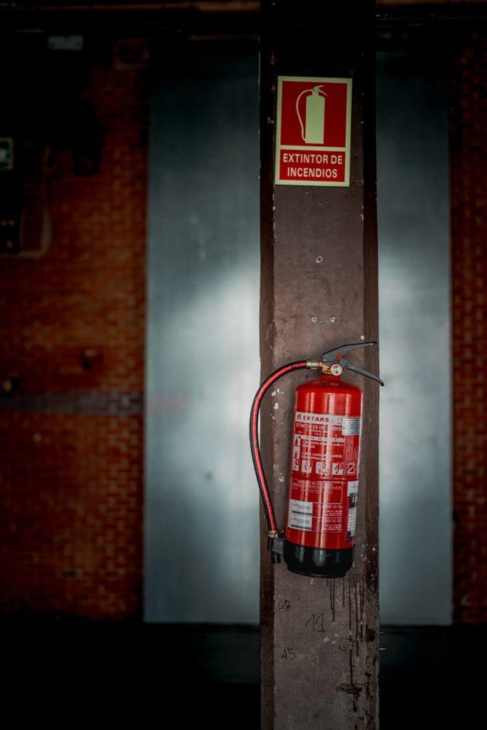 extintor-de-incendio-com-a-sinalizacao-em-cima